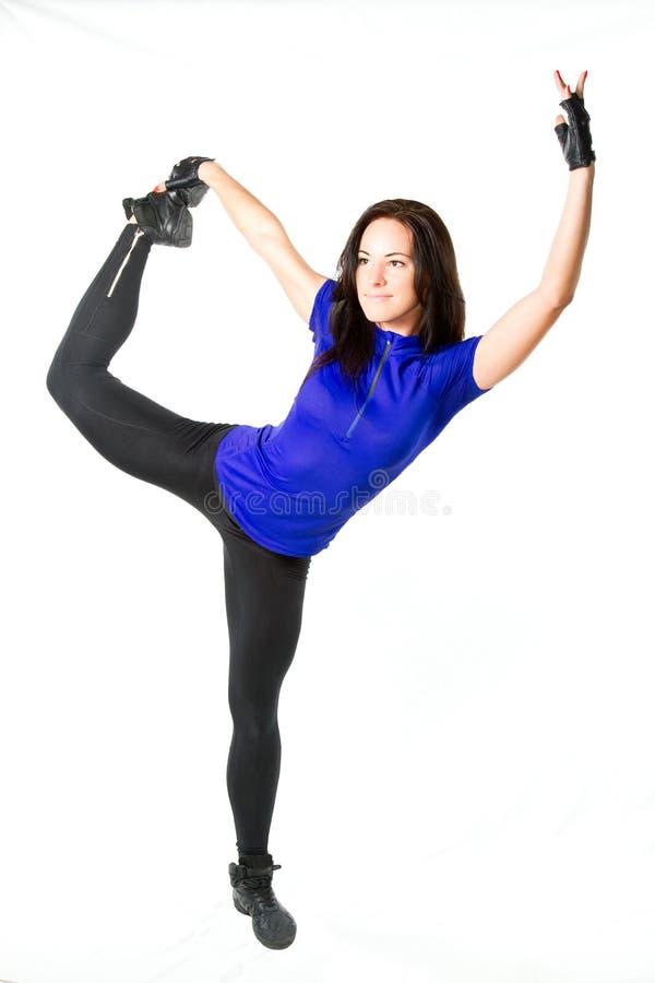 La ragazza di forma fisica fa la stirata sulla posa di yoga fotografia stock libera da diritti