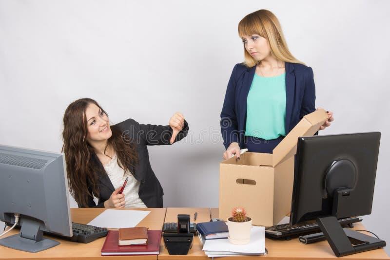 La ragazza di gesto dell'ufficio umilia il collega allontanato fotografie stock libere da diritti
