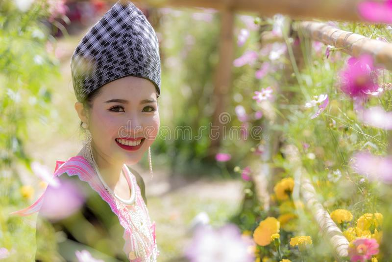La ragazza di Hmong in bello vestito variopinto ed il modo misti fra nuova e vecchia cultura, è fatti a mano per il festival del  fotografia stock libera da diritti