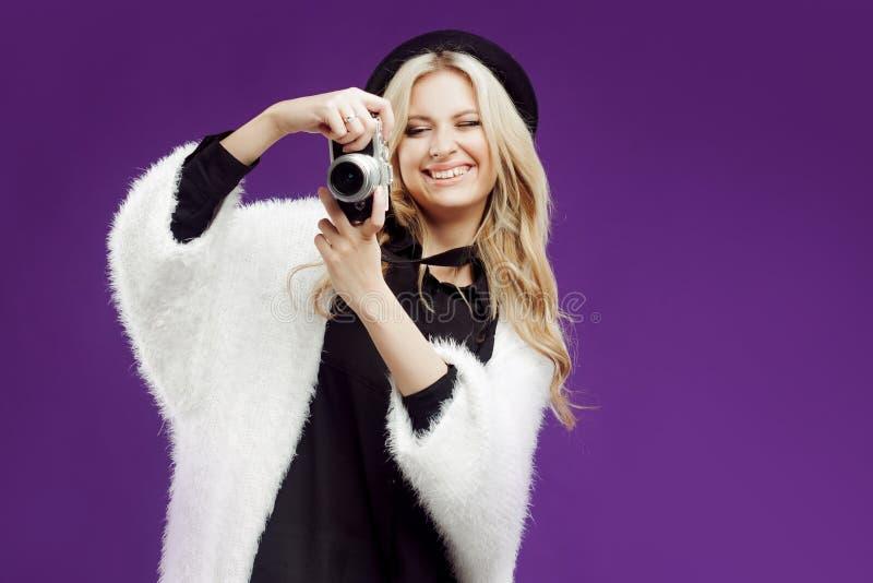 La ragazza di modo fa la foto Fondo porpora photographer fotografia stock libera da diritti
