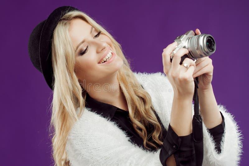 La ragazza di modo fa la foto Fondo porpora photographer fotografie stock