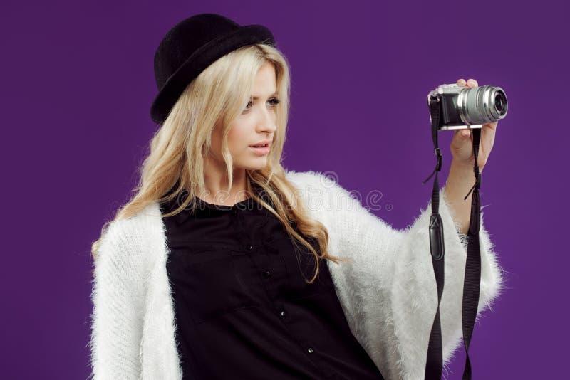 La ragazza di modo fa la foto Fondo porpora photographer fotografia stock