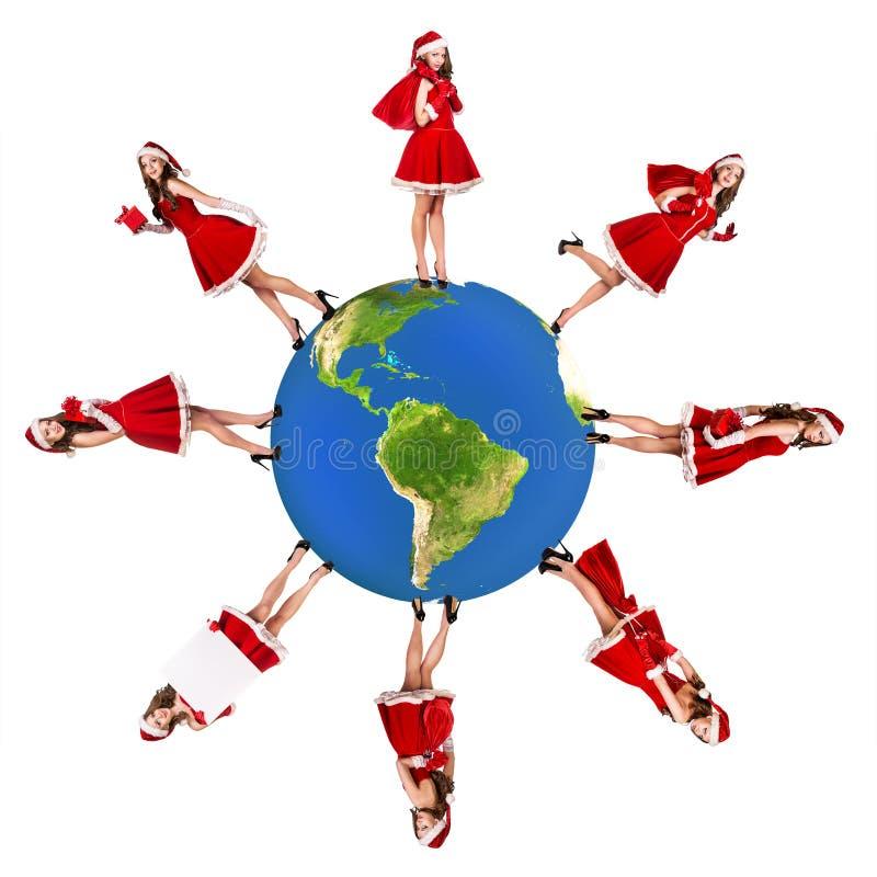 La ragazza di Santa sta sul pianeta della terra immagine stock libera da diritti