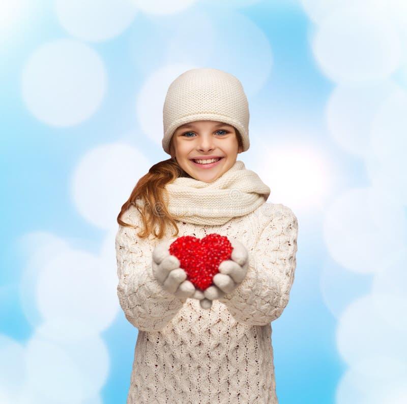 La ragazza di sogno nell'inverno copre con cuore rosso fotografie stock libere da diritti