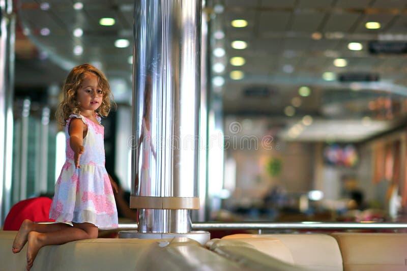La ragazza di tre anni gioca felicemente nel corridoio del traghetto che collega Igoumenitsa a Brindisi fotografia stock