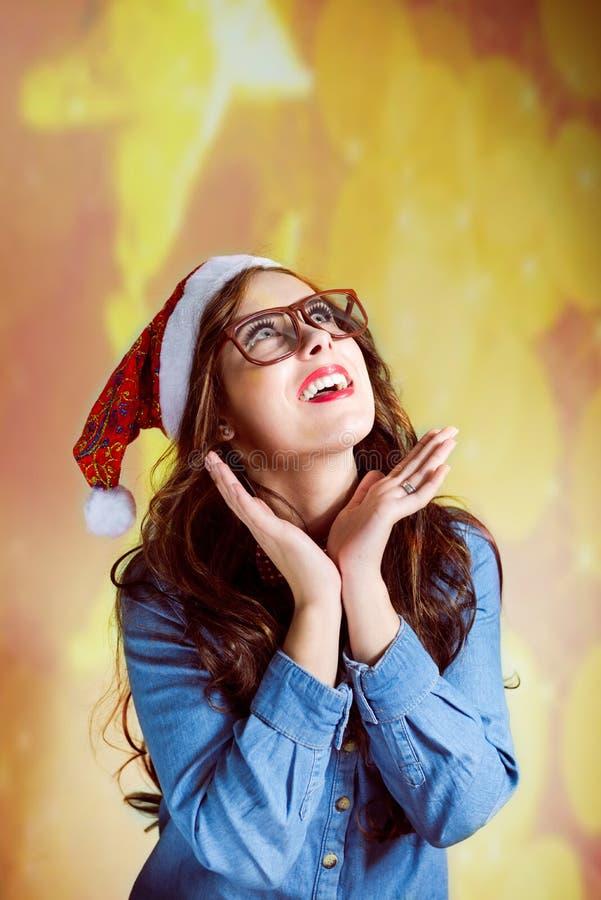 La ragazza divertente dei pantaloni a vita bassa dentro supersize l'uso degli occhiali fotografie stock
