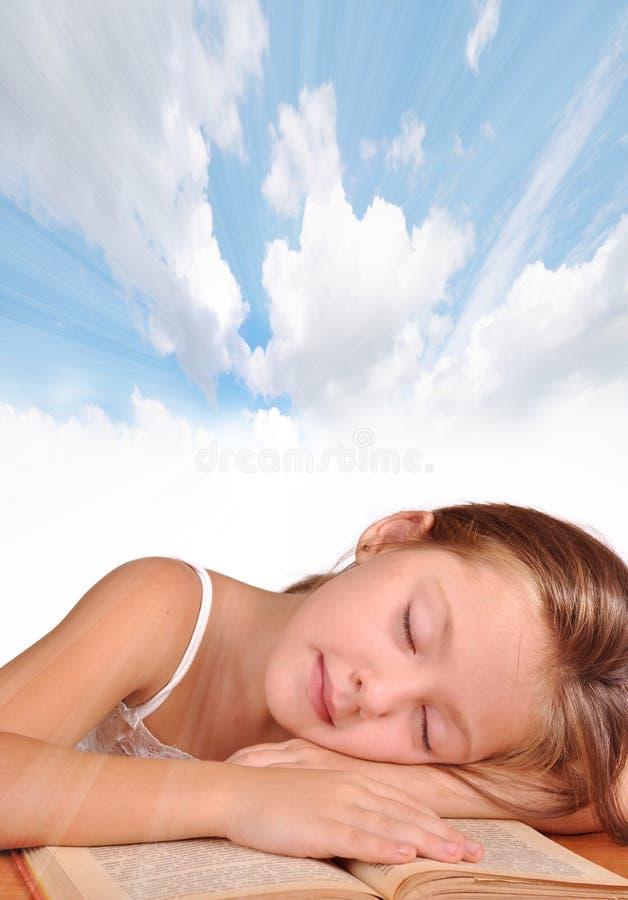 La ragazza dorme con un libro fotografie stock