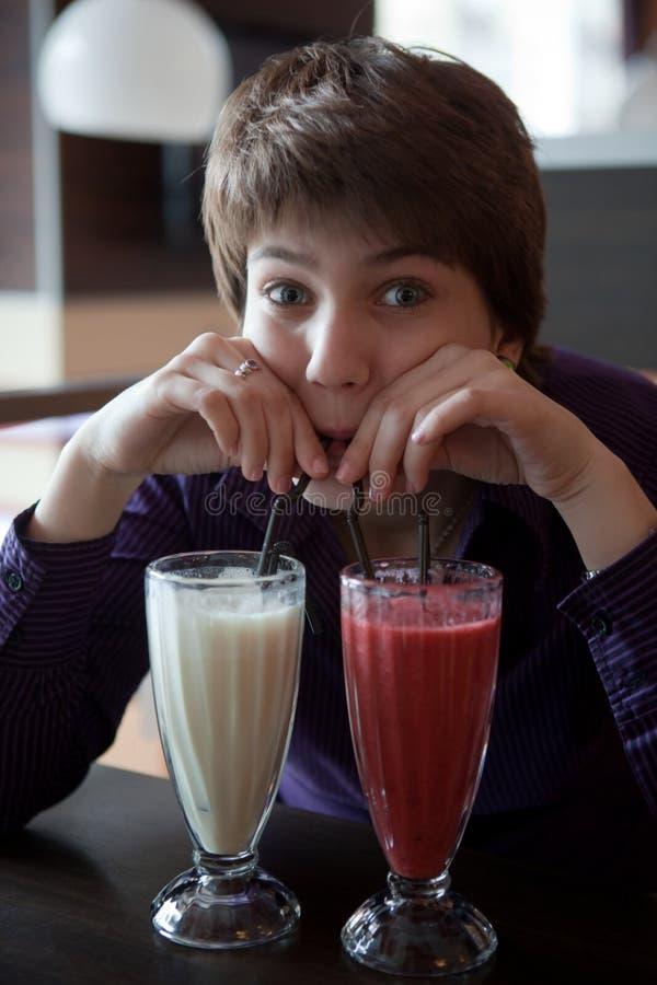La ragazza e due cocktail. fotografia stock