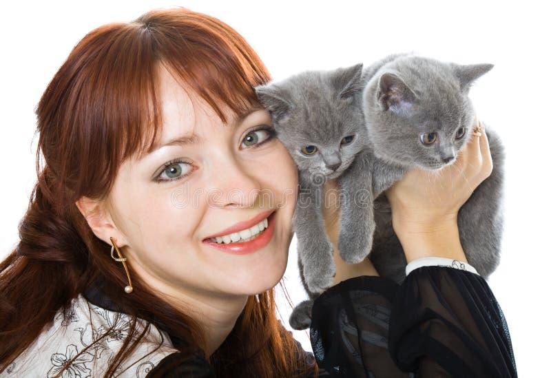 La ragazza e due gattini fotografia stock libera da diritti