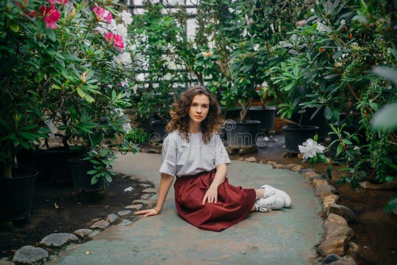 La ragazza ed i suoi fiori in capelli immagini stock libere da diritti