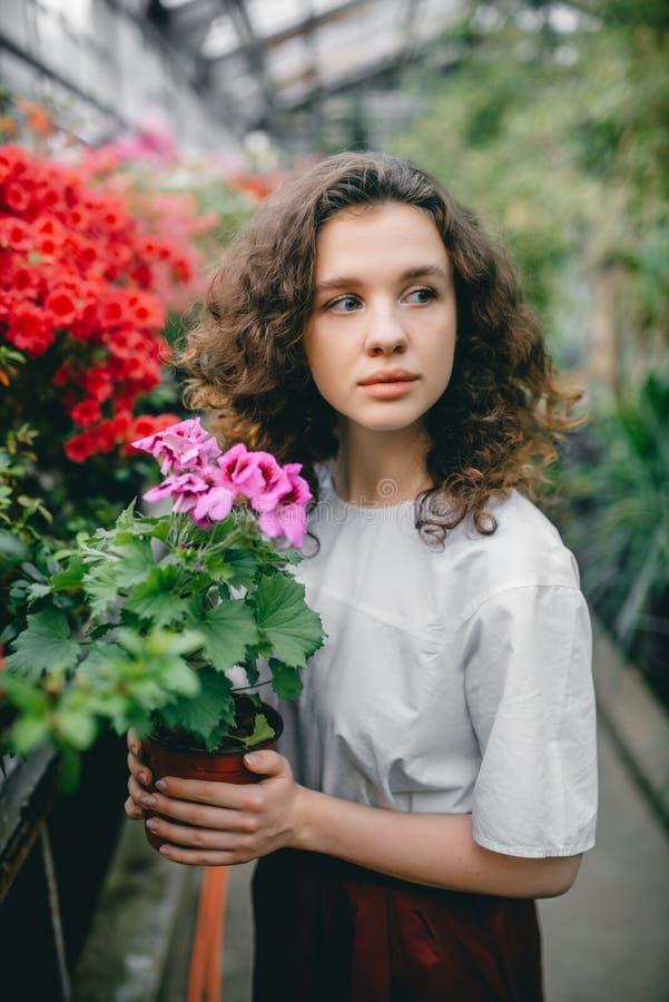 La ragazza ed i suoi fiori in capelli immagine stock