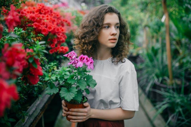 La ragazza ed i suoi fiori in capelli fotografia stock libera da diritti