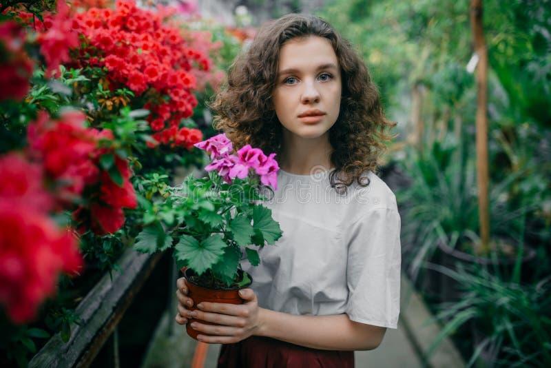La ragazza ed i suoi fiori in capelli fotografia stock