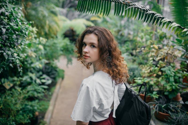 La ragazza ed i suoi fiori in capelli fotografie stock libere da diritti