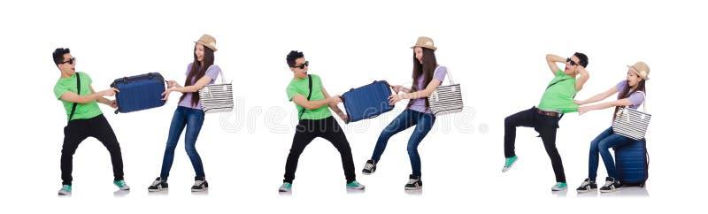 La ragazza ed il ragazzo con la valigia isolata su bianco fotografia stock libera da diritti