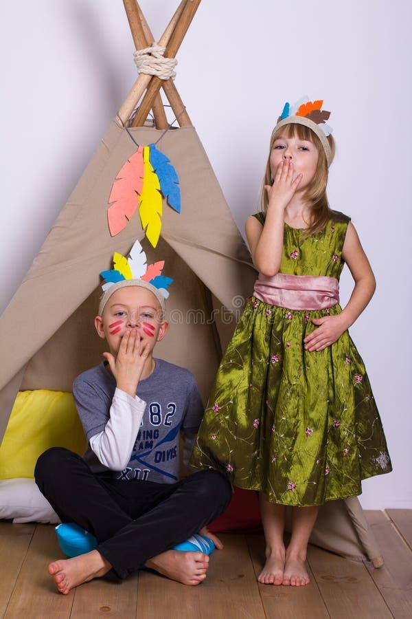 La ragazza ed il ragazzo nel carnevale costumes lo studio degli indiani fotografie stock