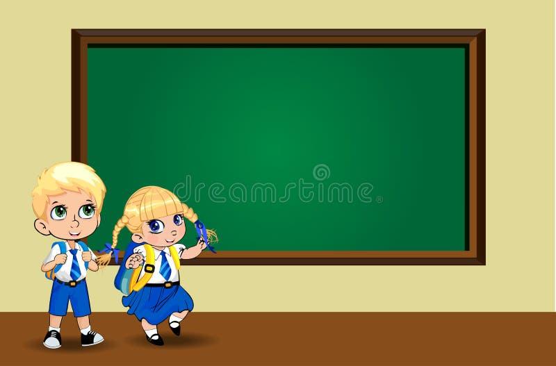 La ragazza ed il ragazzo svegli della scuola del fumetto in uniforme con gli zainhi si avvicinano alla lavagna pulita royalty illustrazione gratis