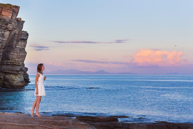 La ragazza esamina il tramonto immagini stock
