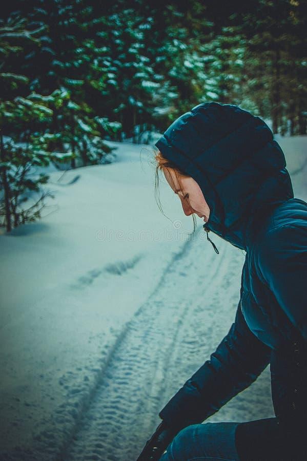 La ragazza esamina la strada nevosa fotografie stock