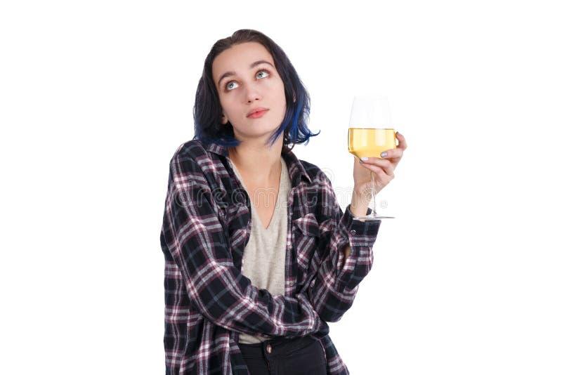La ragazza europea, tenute un bicchiere di vino e cerca con uno sguardo pensieroso Isolato su bianco fotografie stock