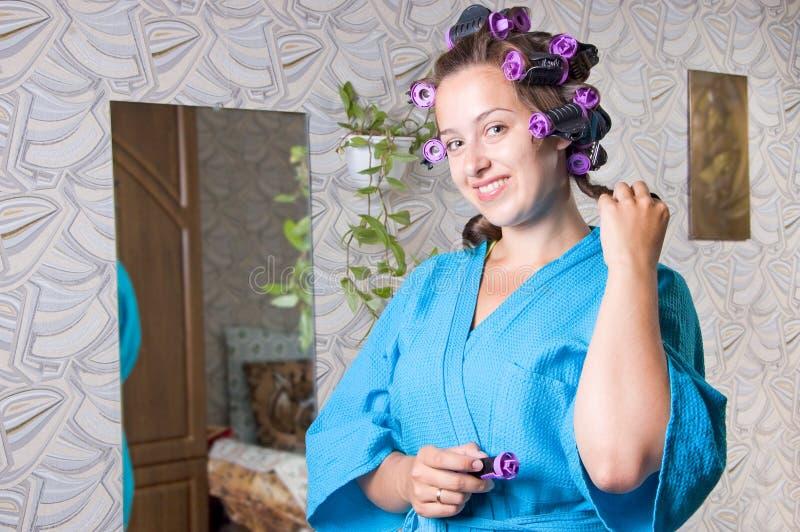 La ragazza fa i suoi capelli immagine stock