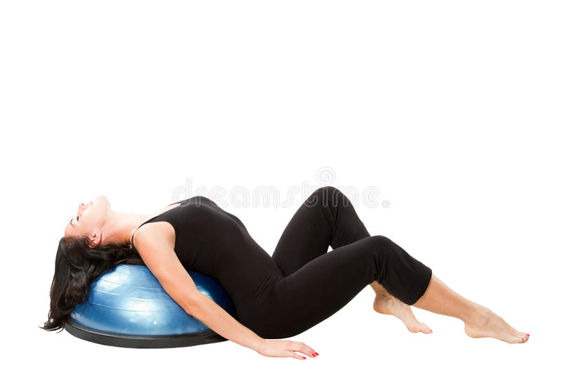 La ragazza fa la stirata su yoga fotografie stock libere da diritti