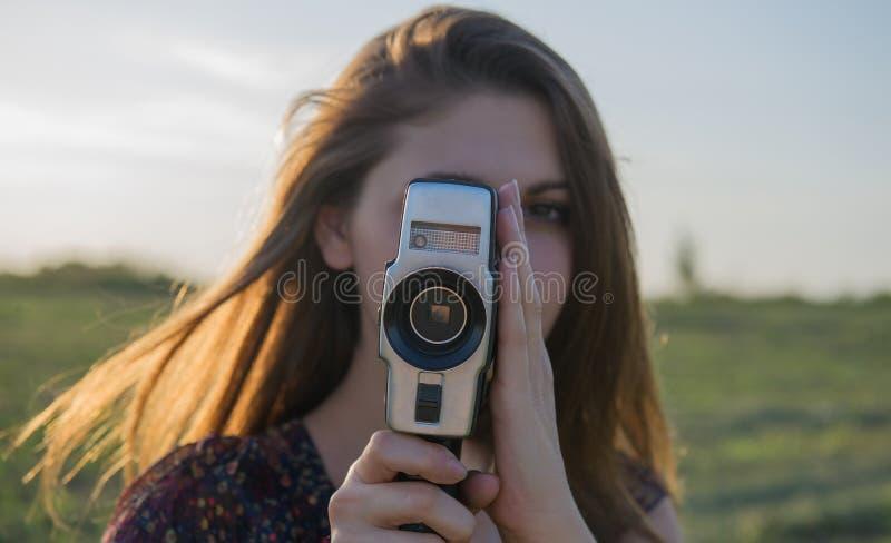 La ragazza fa una cinepresa fotografia stock