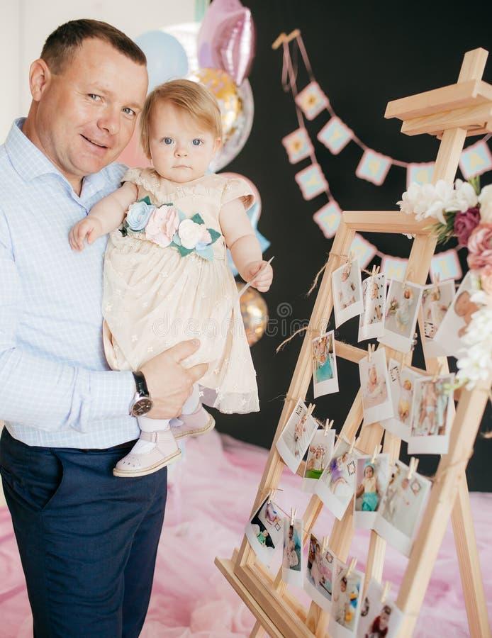 La ragazza felice con suo padre celebra il suo compleanno immagini stock libere da diritti