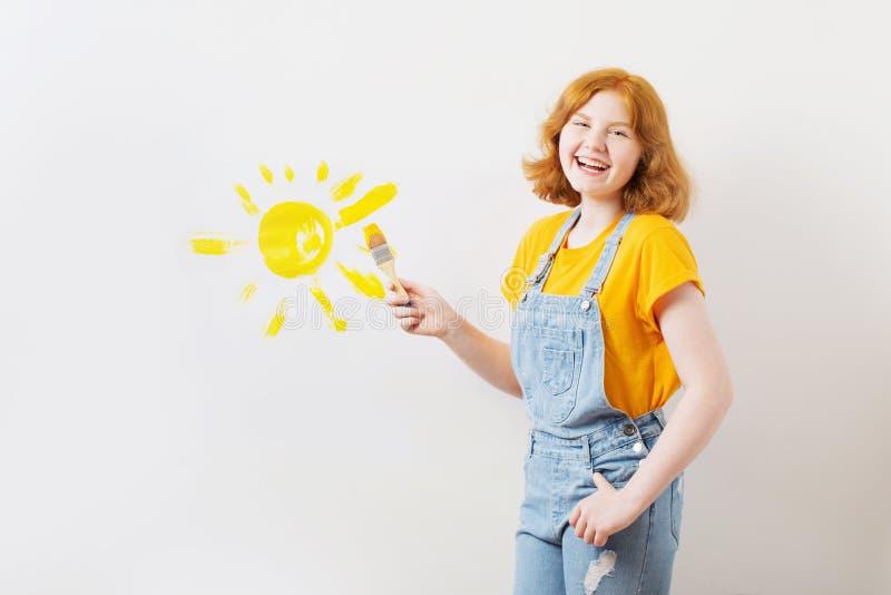 La ragazza felice dell'adolescente estrae il sole immagine stock