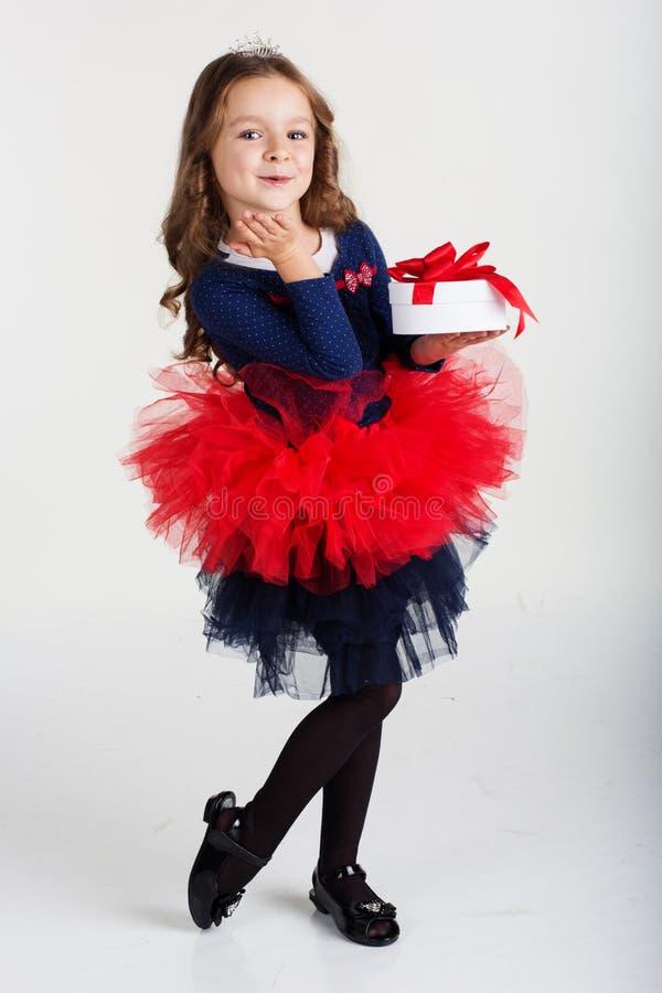 La ragazza felice di Santa sta tenendo il contenitore di regalo, natale fotografie stock libere da diritti