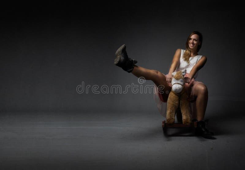 La ragazza felice gradisce un bambino sul cavallo fotografie stock libere da diritti