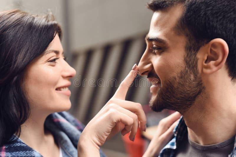 La ragazza felice tocca un naso del tipo fotografia stock libera da diritti