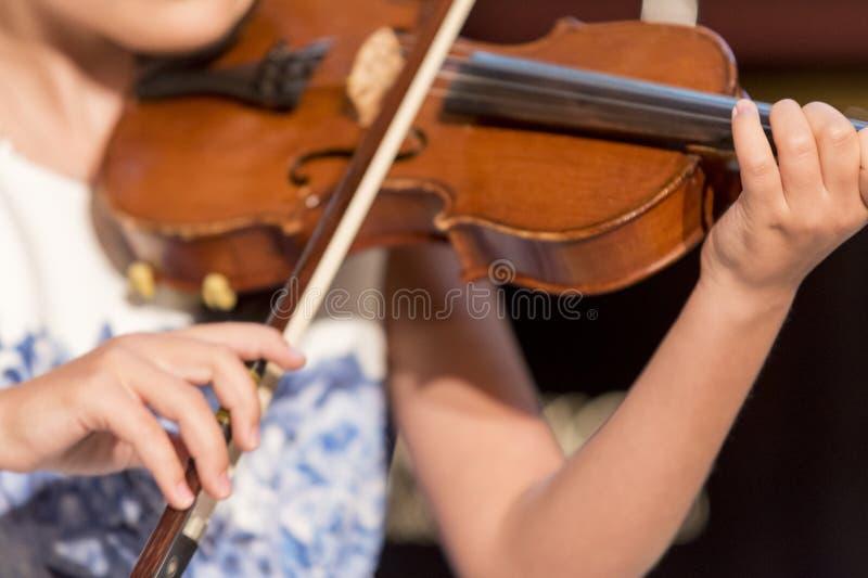 La ragazza gioca il violino immagine stock