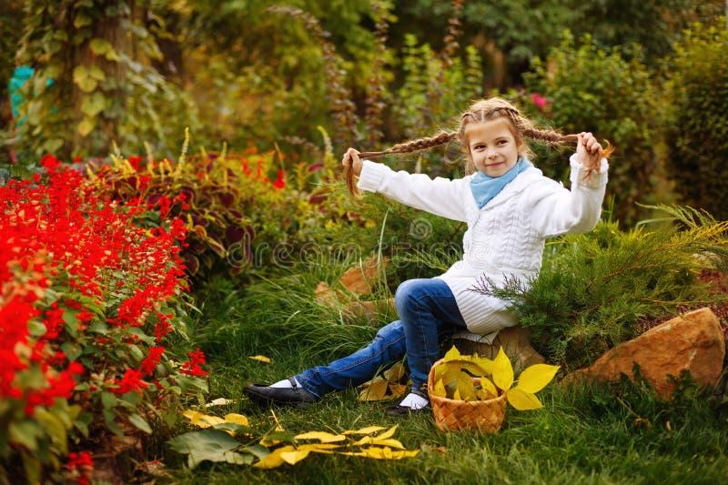 La ragazza gioca lo sciocco nel parco di autunno immagine stock