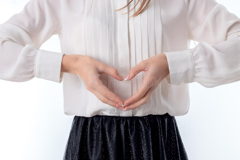 La ragazza giudica un innamorato di due mani isolato su fondo bianco fotografia stock libera da diritti