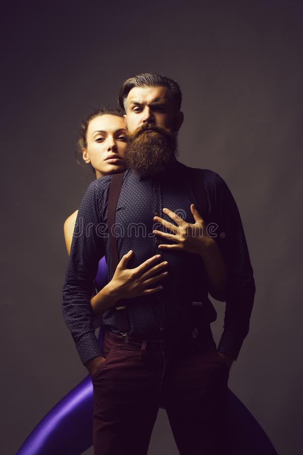 La ragazza graziosa abbraccia l'uomo bello fotografia stock libera da diritti