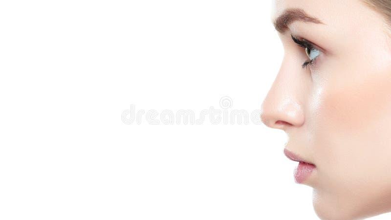 La ragazza graziosa con gli occhi azzurri ed i capelli biondi, con le spalle nude, profila il ritratto Modello con trucco nudo le immagini stock
