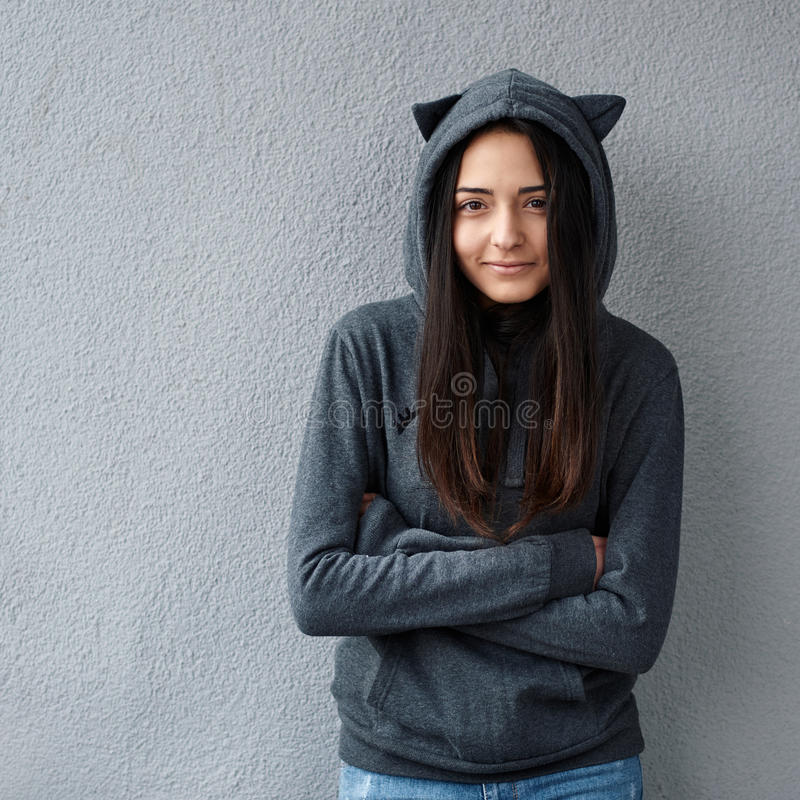 La ragazza graziosa dell'adolescente riscalda dal freddo immagine stock