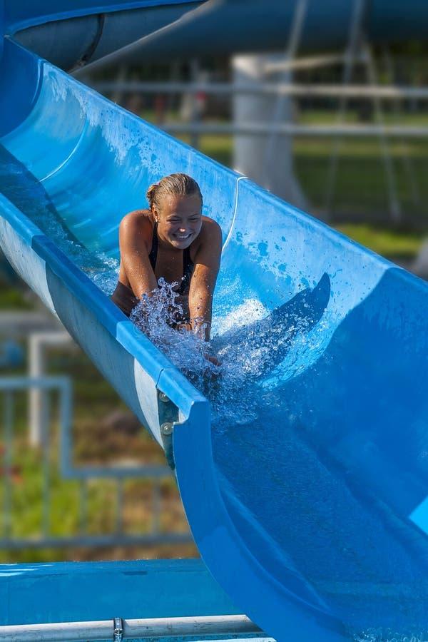 La ragazza graziosa gode del acqua parco di estate immagine stock libera da diritti