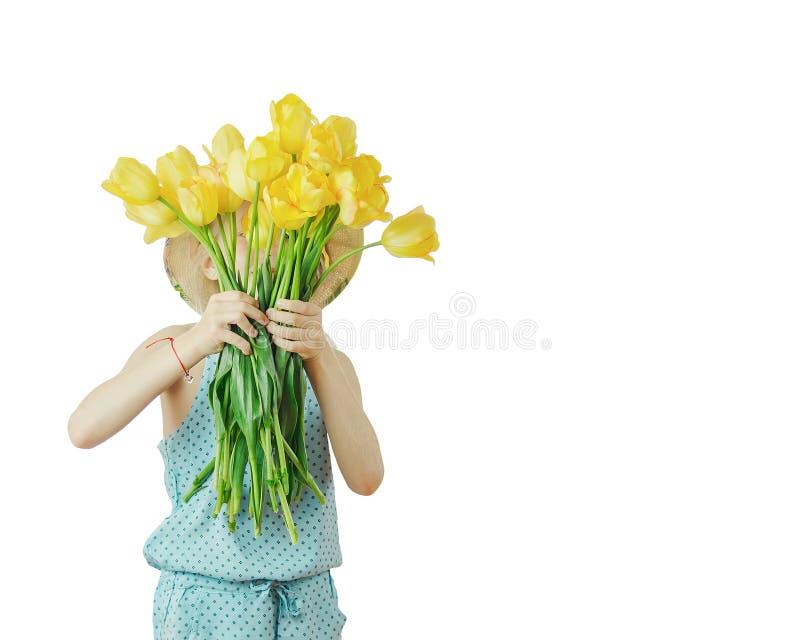 La ragazza ha coperto il suo fronte di mazzo dei fiori isolati su fondo bianco immagine stock libera da diritti