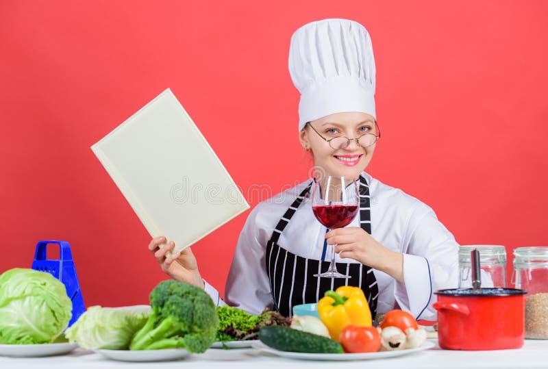 La ragazza ha letto ricette culinarie superiori del libro le le migliori Cucina tradizionale Concetto culinario della scuola La f fotografia stock libera da diritti