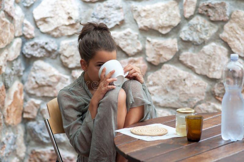 La ragazza ha prima colazione di mattina fotografie stock