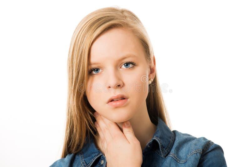La ragazza ha una gola irritata fotografie stock libere da diritti