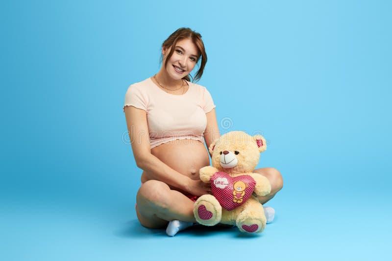 La ragazza incantante ha ricevuto un presente, regalo dal suo marito immagini stock libere da diritti