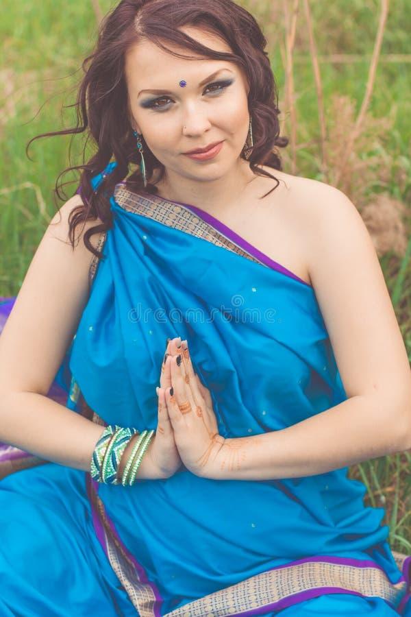 La ragazza indiana incinta sta portando i sari blu di modo immagine stock libera da diritti