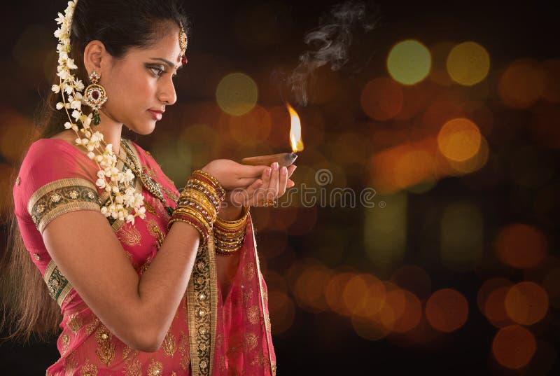 La ragazza indiana passa le luci di diwali della tenuta fotografie stock libere da diritti