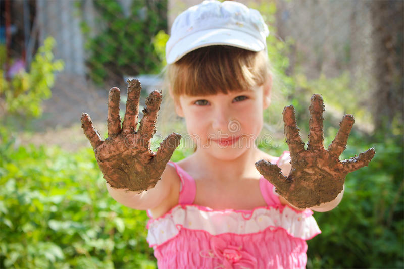 La ragazza le mostra le mani sporche immagine stock libera da diritti
