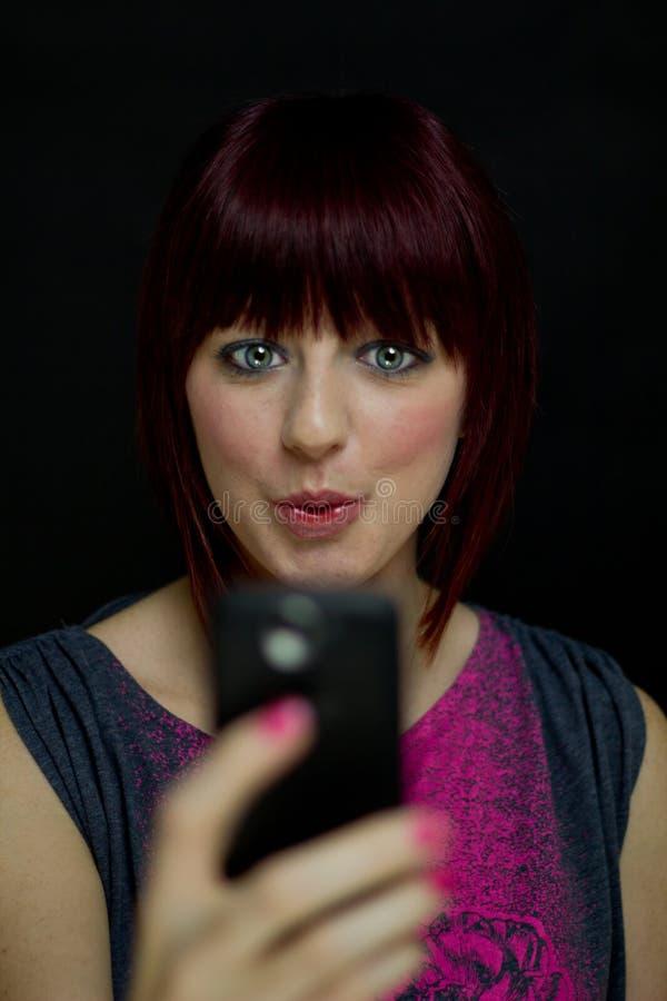 La ragazza legge il messaggio di testo intrigante fotografia stock libera da diritti