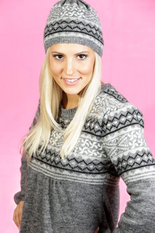 La ragazza leggera sveglia dei capelli si è vestita in abbigliamento dell'inverno, sorridente fotografie stock