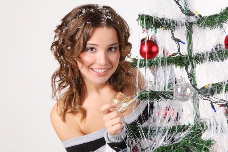 La ragazza in maglione con capelli in neve tocca la palla di vetro fotografie stock libere da diritti
